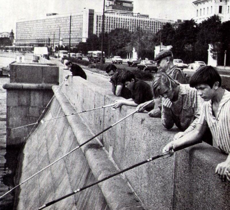 Рыбалка в центре Москвы. 1970.