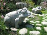 Лягушки у входа в Ботанический сад.