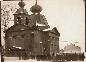 Горожане наблюдают за поднятием колоколов на колокольню собора Пресвятой Троицы (Троице-Петровского собора на Троицкой площади).