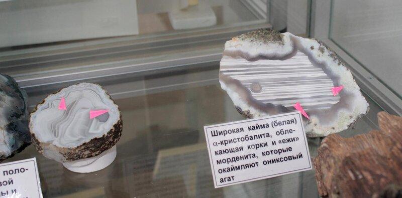 """Широкая кайма (белая) а-кристобалита, облекающая корки и """"ежи"""" морденита, которые окаймляют ониксовый агат"""
