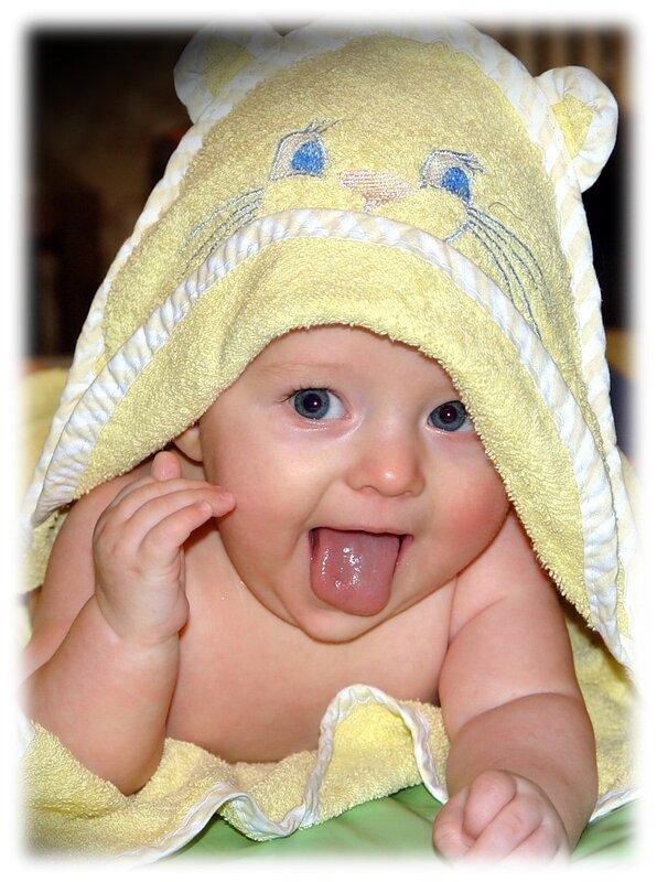 Малыш довольный после купания