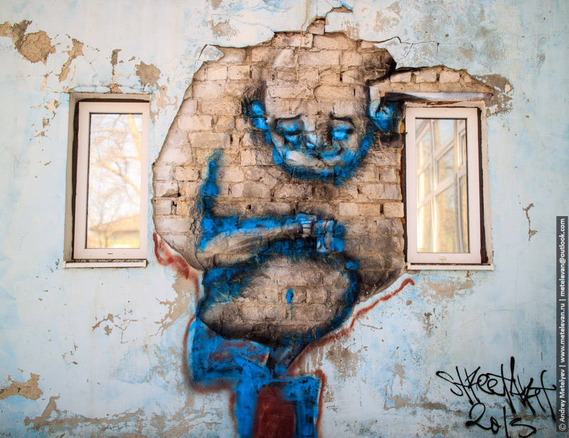 нарисованный джин на стене дома