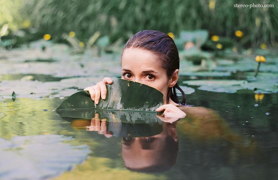 Девушка в пруду фото много
