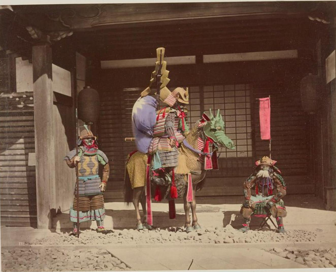 Токио. Фигуры храма бога войны