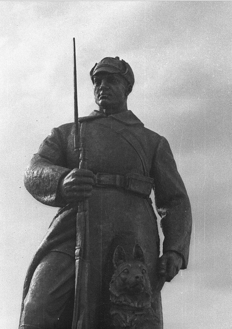 64. Статуя пограничника возле Центрального павильона «СССР»