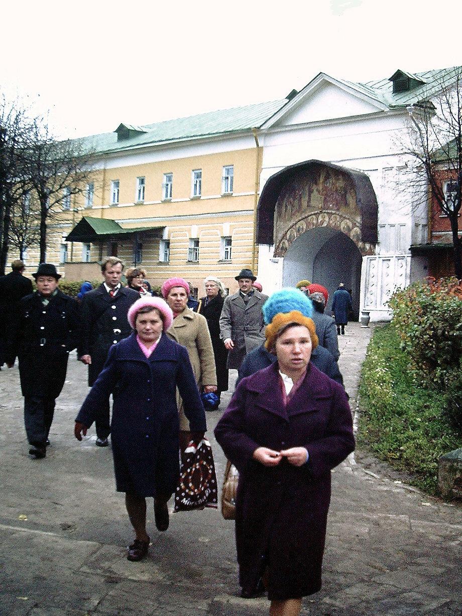 Загорск. Паломники на территории монастыря