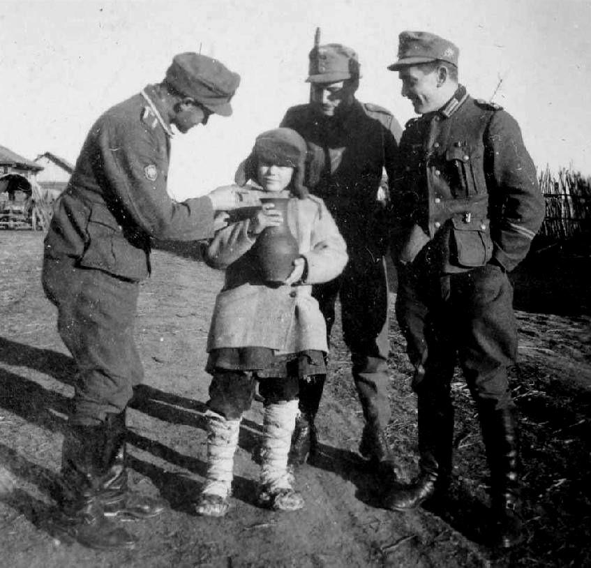 Мальчик в окружении немецких горных стрелков.