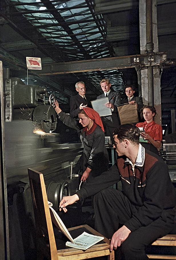 1951 Студенты Строгановского училища рисуют с натуры работницу у станка.jpg
