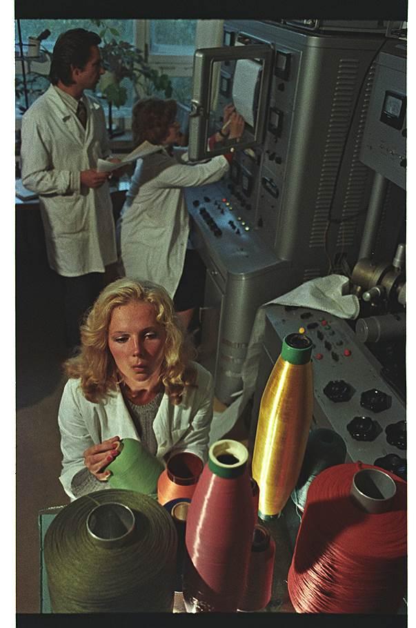 1976 год. Город Калинин. Всесоюзный научно-исследовательский институт синтетических волокон. В лаборатории..jpg