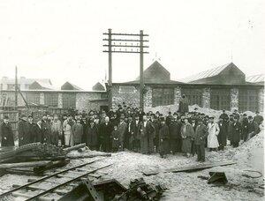 Члены общества в сопровождении служащих и рабочих завода обходят заводской двор.