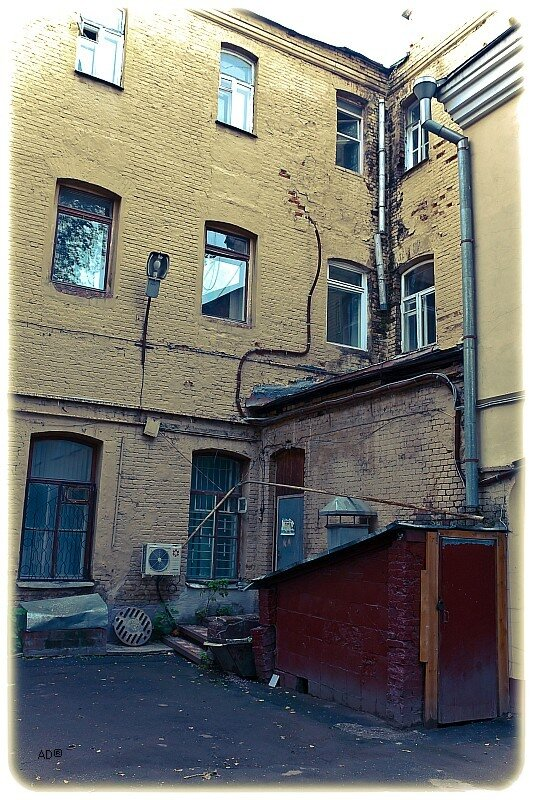 Старый дореволюционный дом, до сих пор не расселены классические коммуналки.