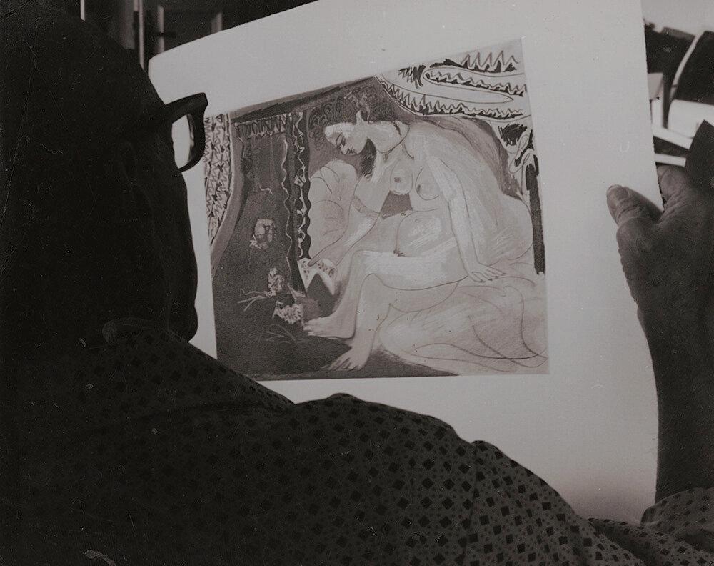 1960. Пикассо рассматривает одну из своих работ