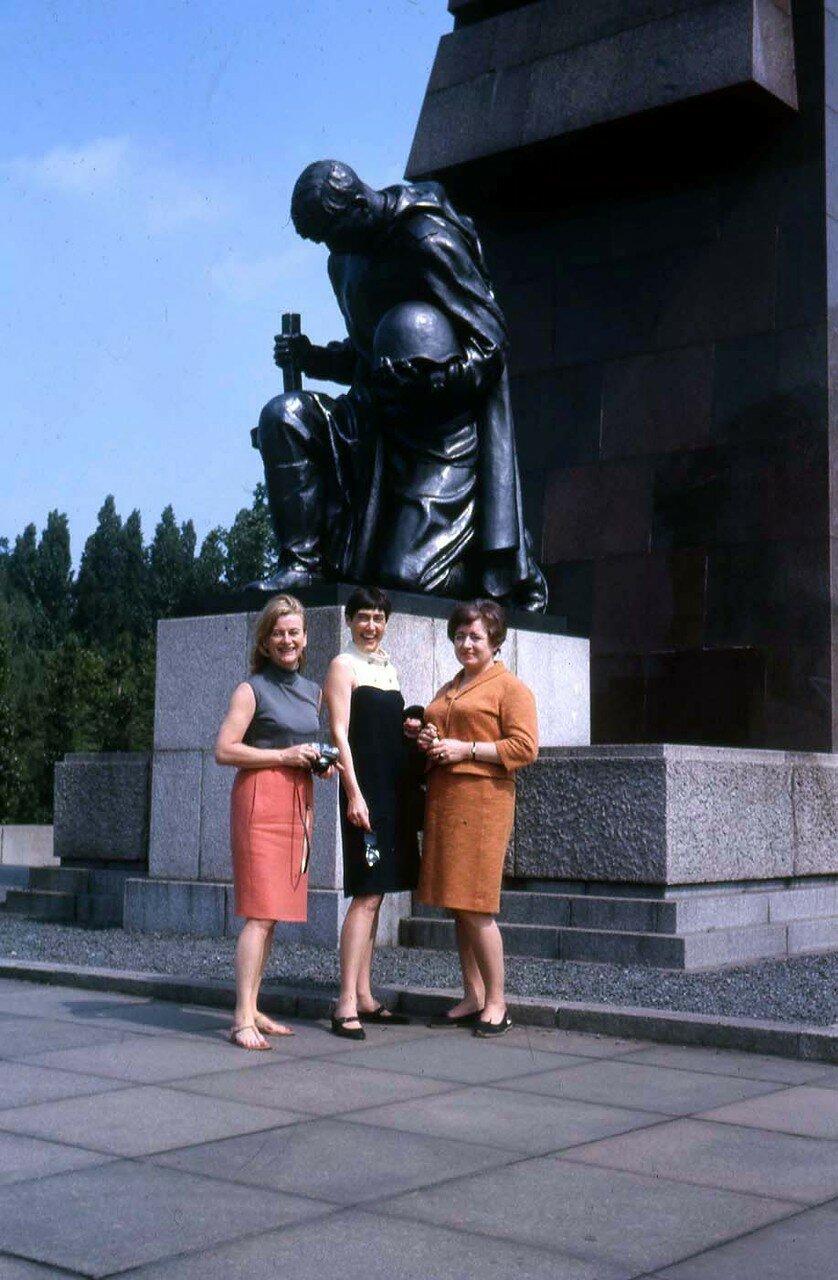 37. Три неизвестные девушки у монумента