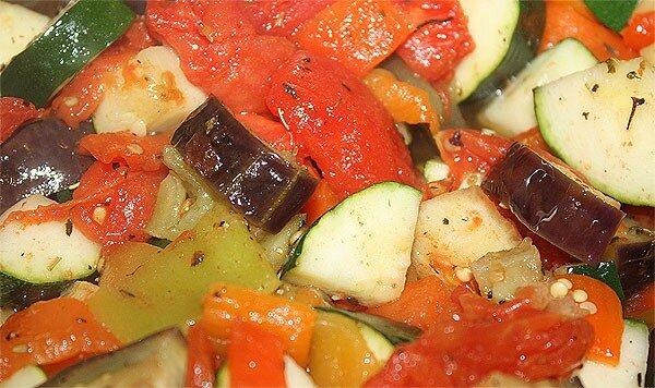 баклажаны чуть протушены, перемешаны с другими овощами