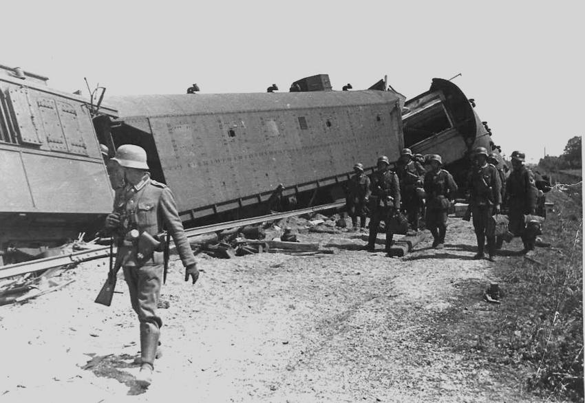 Zerstцrter Eisenbahn-Panzerzug