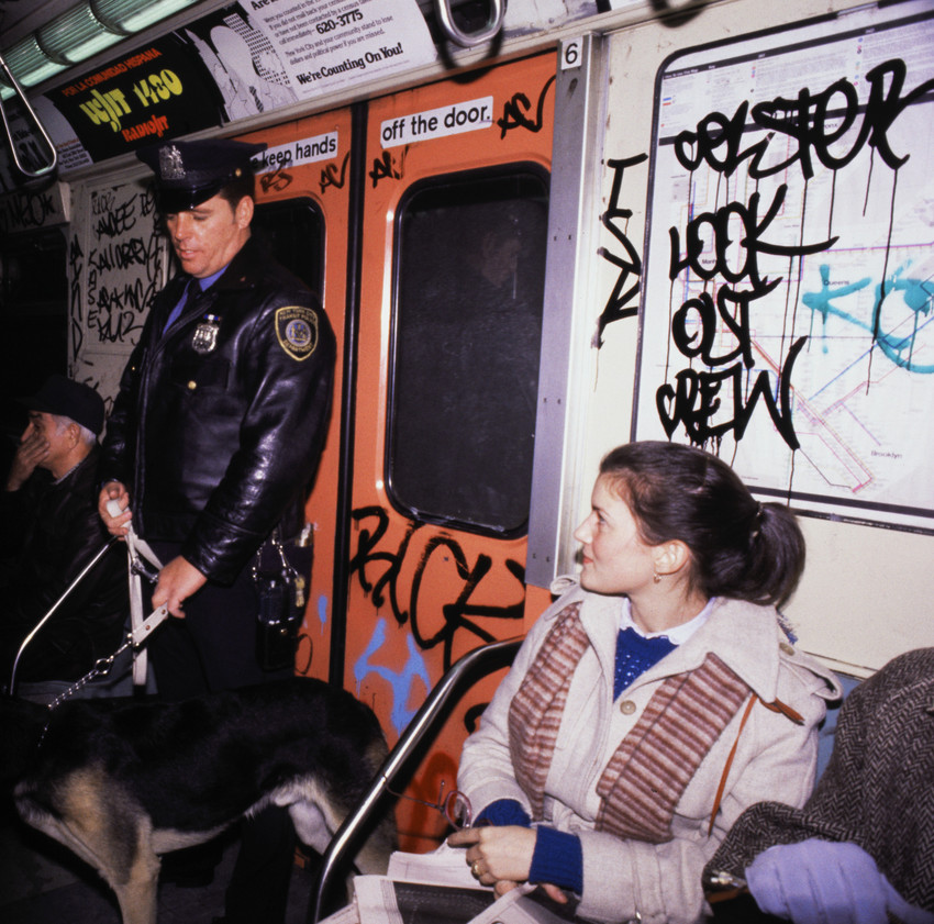 Police Officer with Dog Patrolling Subway in New York Patrouille in der U-Bahn