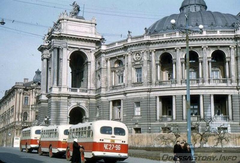 1956 Odessa by Horst Koch Автобус ЗИС-155 у Оперного театра.jpg