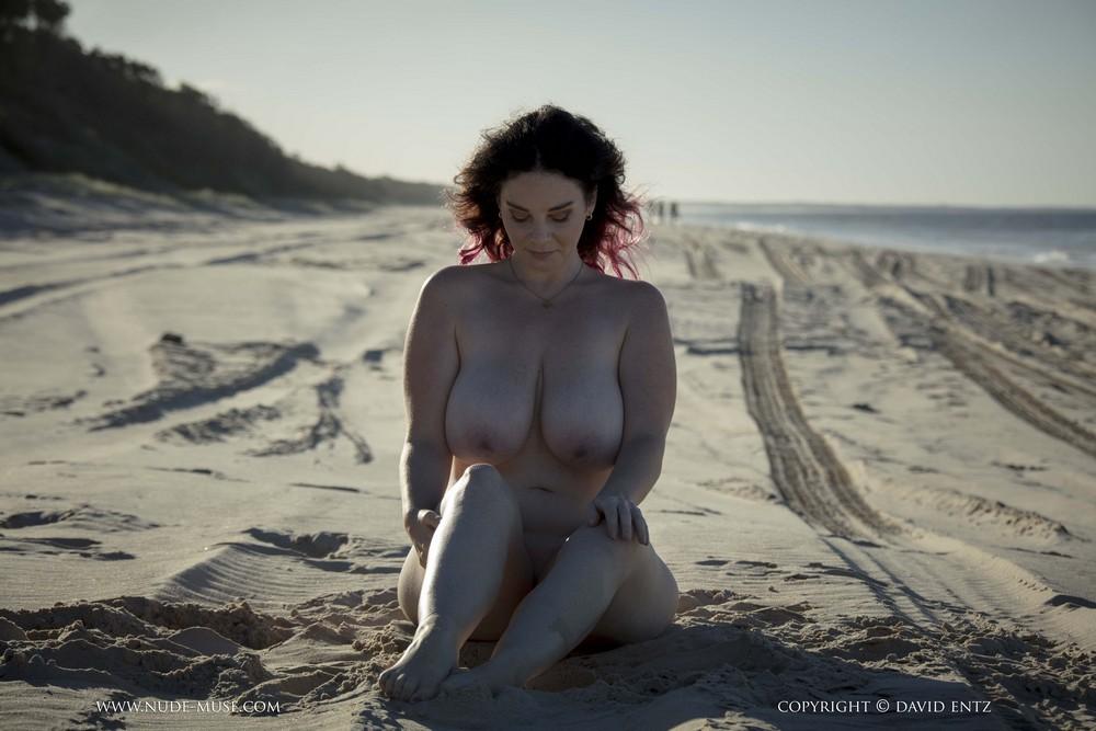 Пышнотелая Avalon на пляже