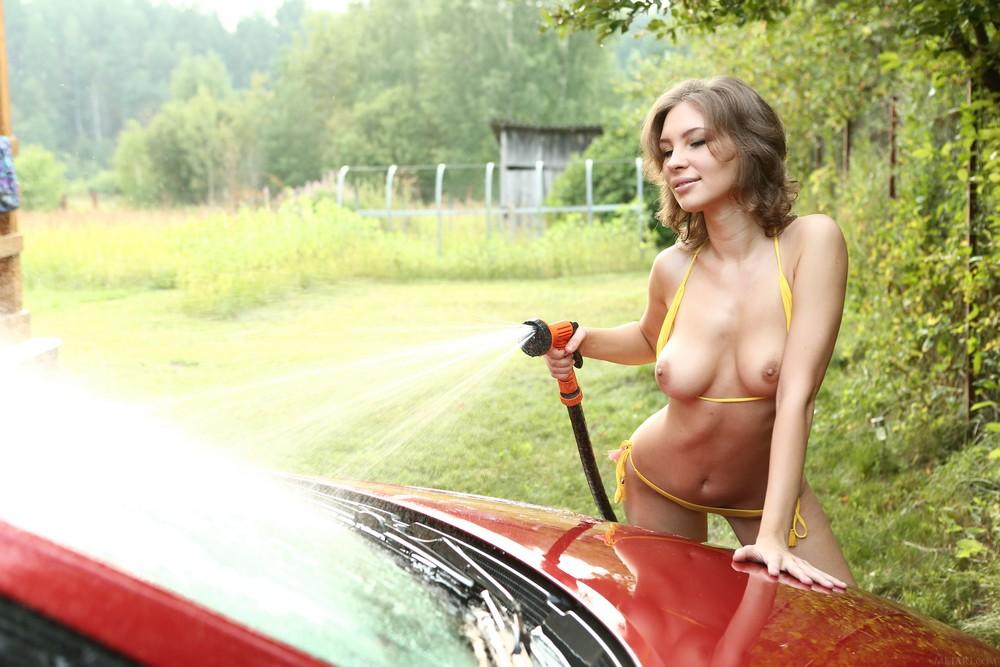 Galina моет автомобиль
