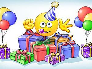 Открытки с днем рождения смайлика. Смайлик среди подарков открытки фото рисунки картинки поздравления