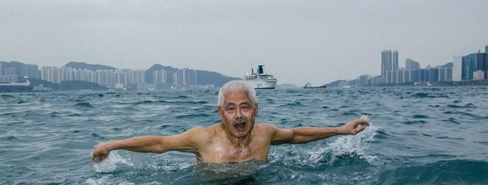 Чан Хак-чи ежедневно плавает на протяжении последних 44 лет. Нелегально попасть в Гонконг можно было