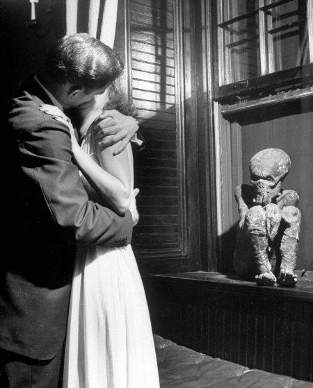 Актрису Мэрилин Хэр целуют солдаты, 1942 год.