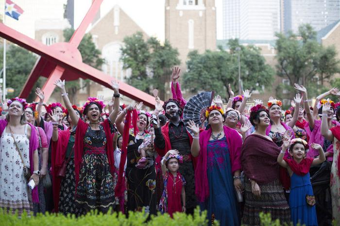 Сам себе Фрида: Более тысячи человек оделись в стиле Фриды Кало в честь 110-летия со дня ее рождения (14 фото)