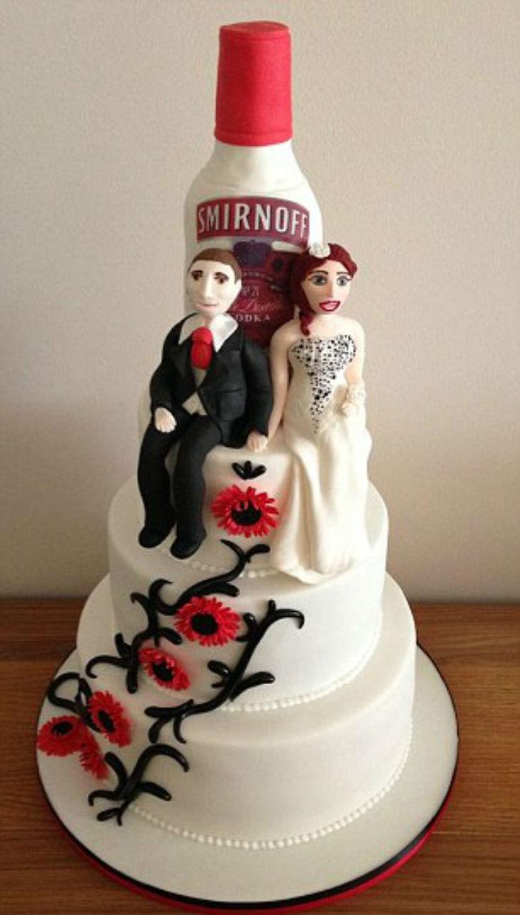 Некоторые торты посвящены общим интересам влюбленной пары, будь то бутылка водки Smirnoff…