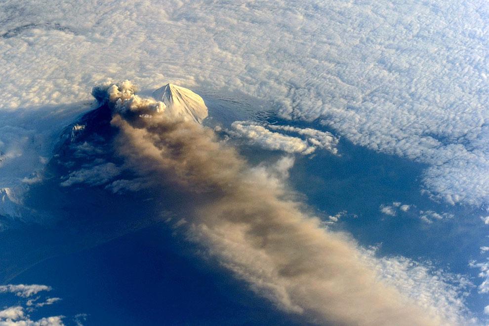 Так выглядят под микроскопом частички золы после извержения вулкана Павлова на Аляске, 18 мая 2