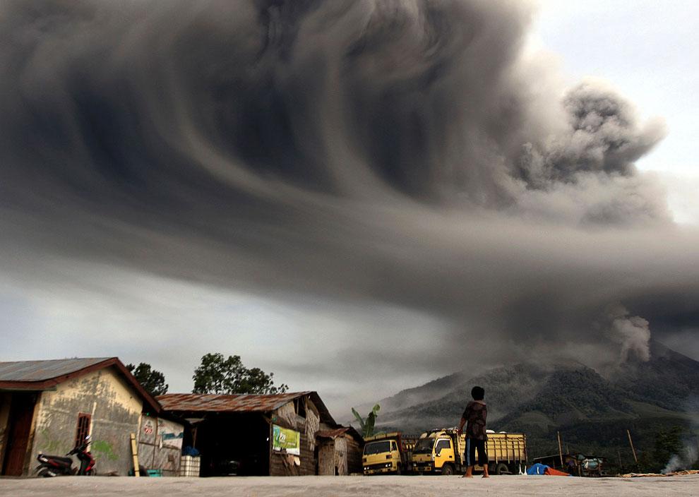 Пепел из вулкана Синабунг создает сюрреалистичные картины. Суматра, 19 ноября 2013. (Фото Reute