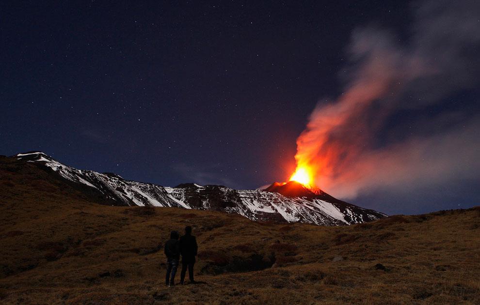 Извержение вулкана Энта, вид из сицилийского города Катании, 28 ноября 2013. (Фото AP Photo   S