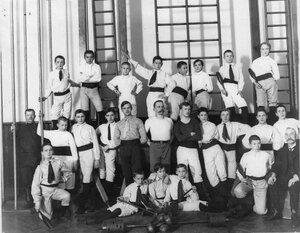 Группа юных членов общества Пальма в гимнастическом зале