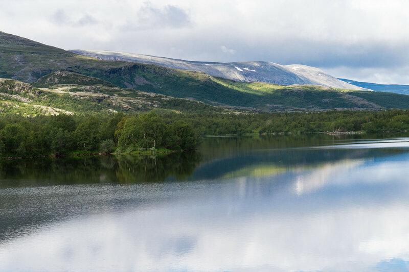 пейзаж с озером и горами