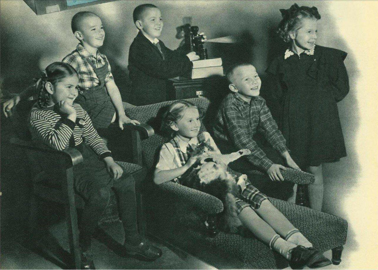 За просмотром диафильмов. 1953.jpg