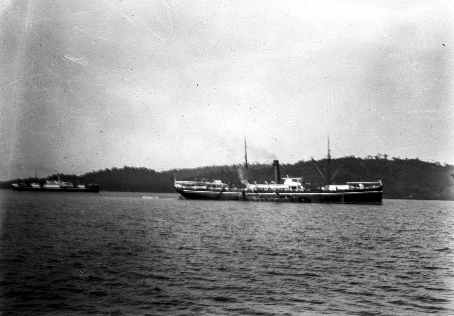 1121. Судно в бухте города Порт-Блэр (остров Южный Андаман)