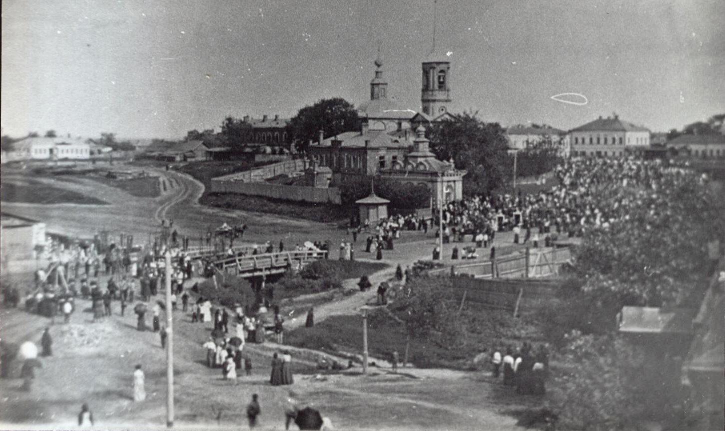 Старобазарная площадь в день церковного праздника