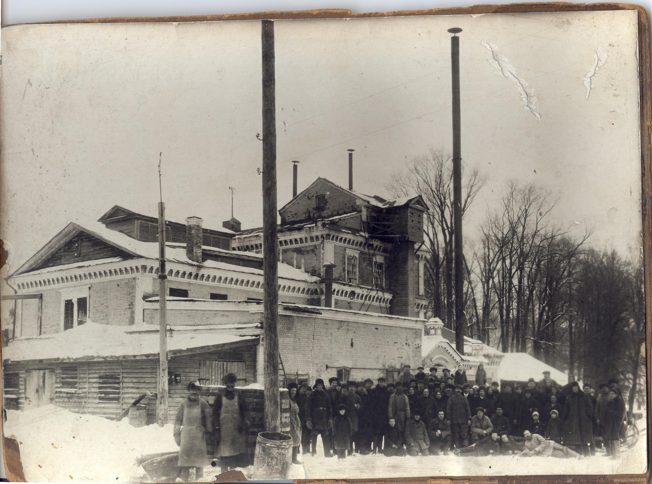 Рабочие и служащие пивоваренного завода, владельцем которого была Прасковья Маркова