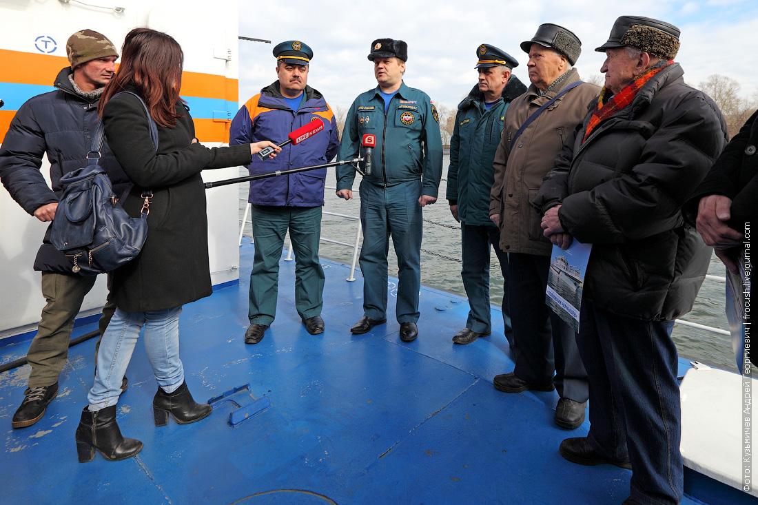 журналисты, команда и ветераны на борту многоцелевого пожарно-спасательного судна Полковник Чернышев
