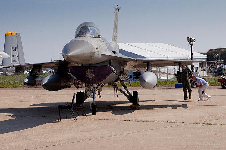 Истребитель ВВС США F-16. Кабина для одного пилота