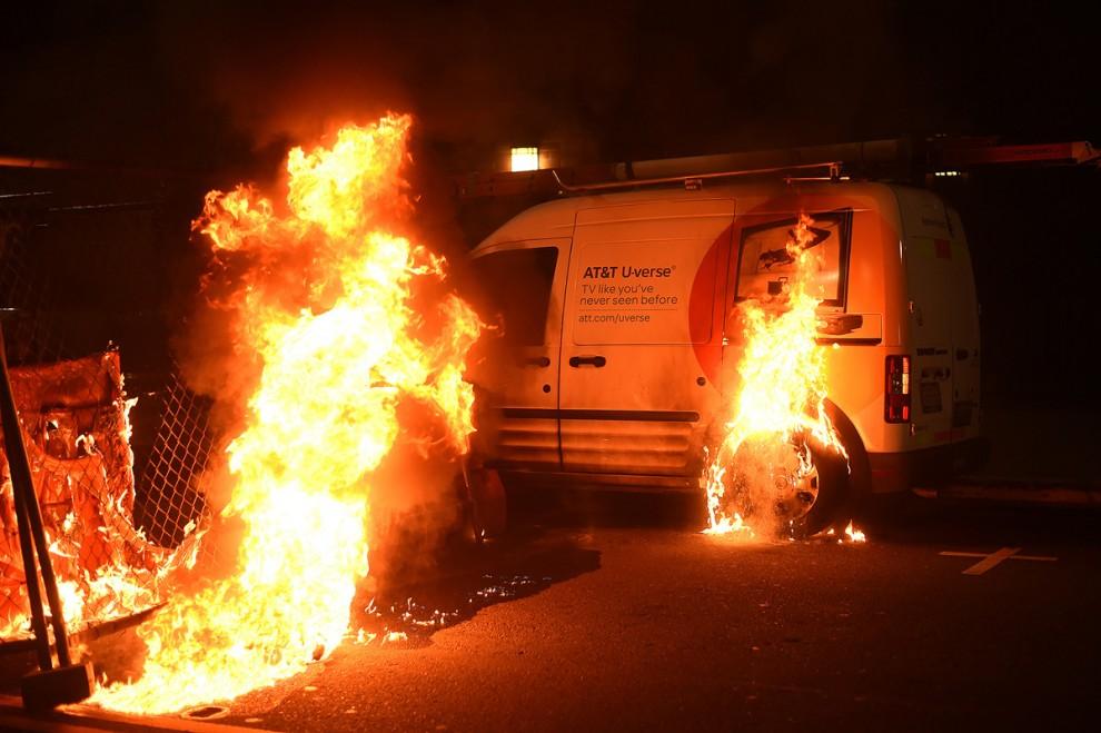 Подожженный фургон компании AT&T на акции протеста против Дональда Трампа в Окленде, штат Калифорния