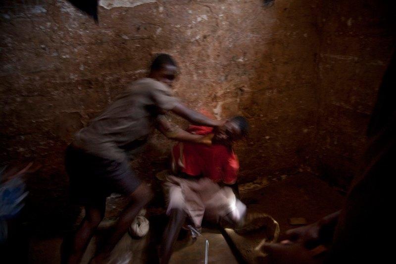 Tyurma-dlya-podrostkov-v-Serra-Leone-vot-gde-nastoyashhij-ad-27-foto
