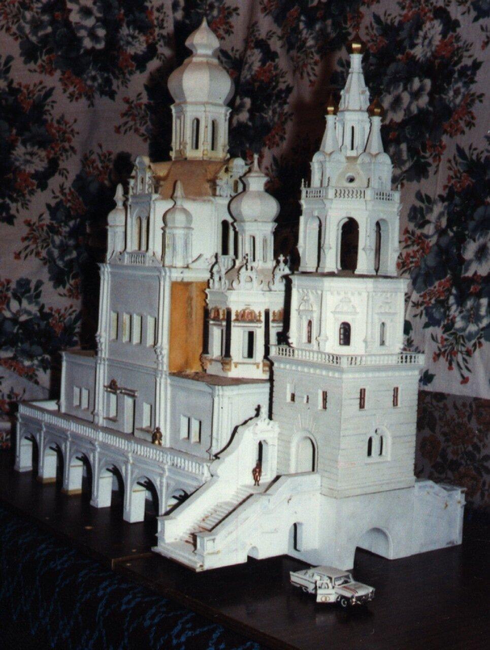 """Белая церковь и белая  """"Чайка""""."""