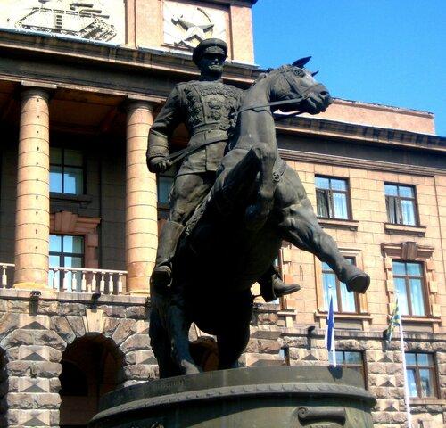 Памятник Жукову.