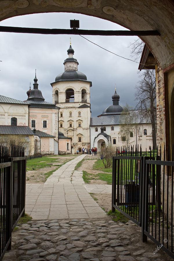 Вид на колокольню Кирилло-Белозерского монастыря