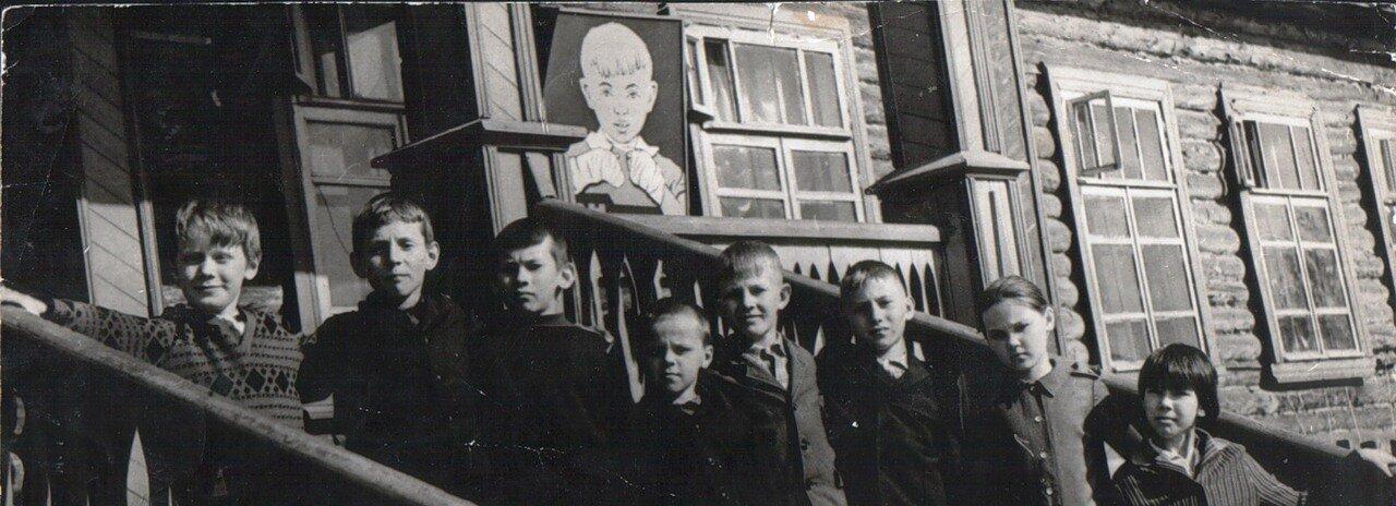 мой класс на порожках Нашей школы  - 1972г.(добавлено Navigator)