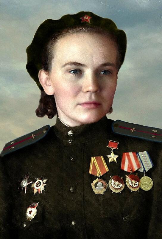 Ульяненко Нина Захаровна - командир звена 46-го гвардейского ночного бомбардировочного авиационного полка 325-й ночной бомбардировочной авиационной дивизии, Герой Советского Союза. Фото октябрь 1945 года..jpg