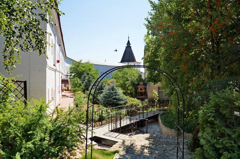 Вид с бывшего монастырского кладбища на Георгиевскую (Знаменскую) башню, Свято-Пафнутиев Боровский монастырь