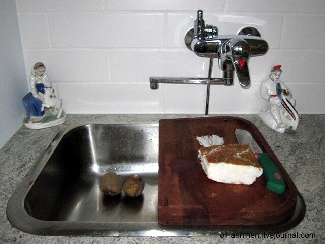 На подогретую сковородку кладем нарезанное тонкими и длинными ломтиками замороженное в морозилке сало