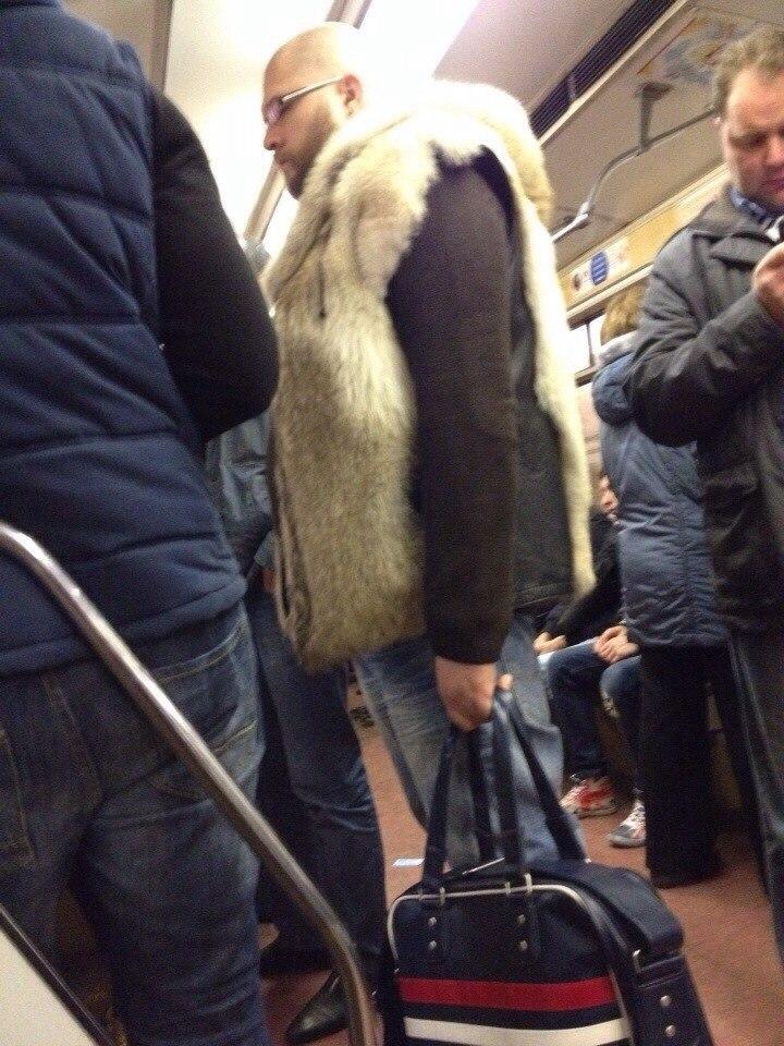 9. Роскошный меховой жилет согреет вас в холодные осенние дни.