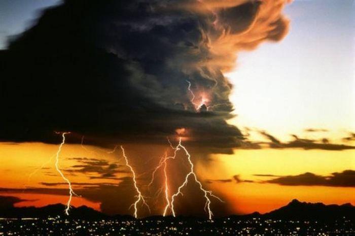 Красивые фотографии молний в самых разных местах и ситуациях 0 a5522 6f4657d8 orig
